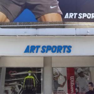 御徒町駅南口高架を抜けるとアートスポーツが見える